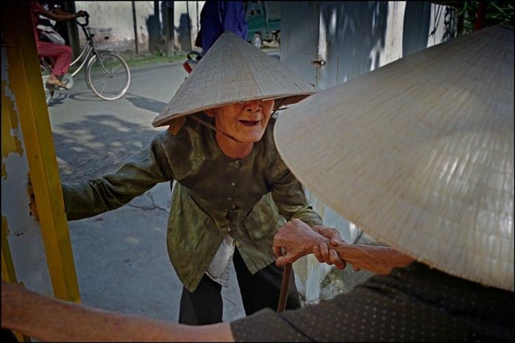 Hai cụ bà chào hỏi nhau trên đường phố ở Phong Điền.