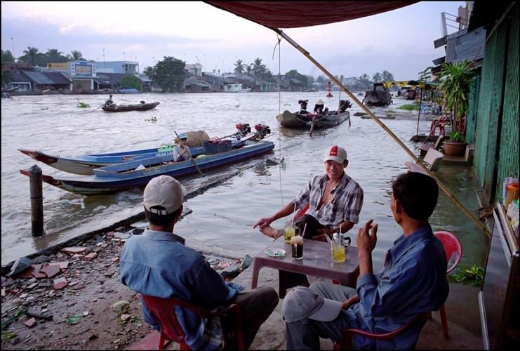 Quán cà phê bên sông lúc triều cường ở Phong Điền.
