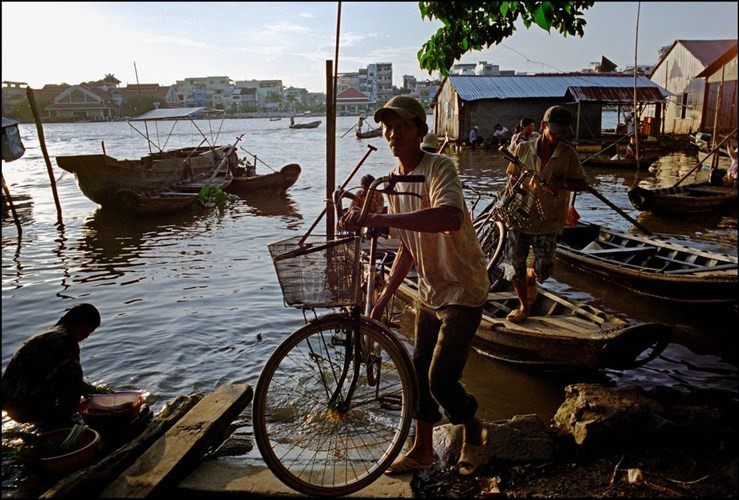 Người dân đưa xe đạp từ đò lên bờ.