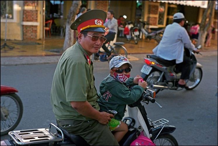 Một quân nhân và người cháu nhỏ trên đường phố ở Phong Điền.