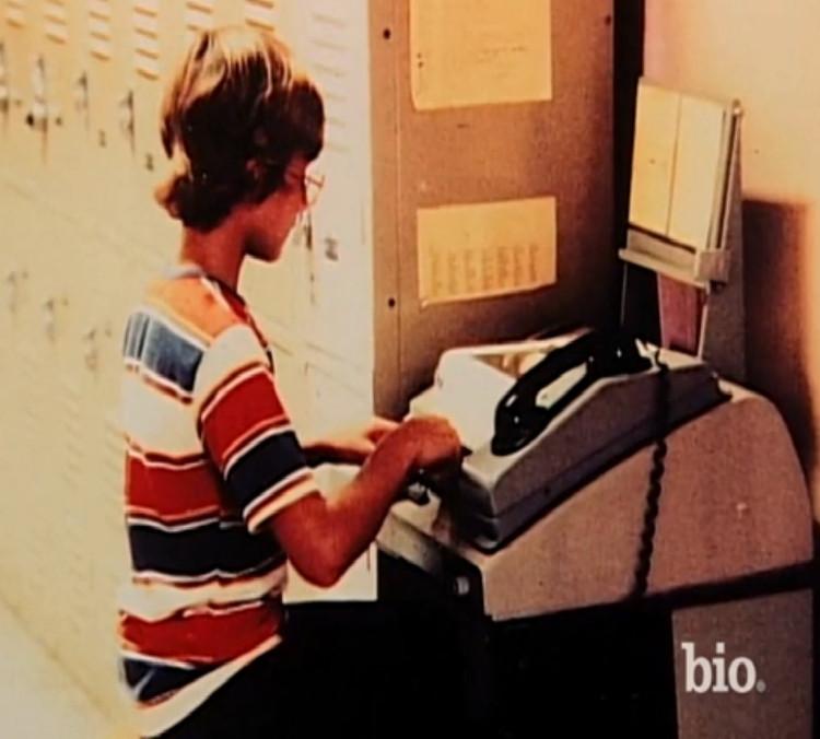Jeff Bezos bên chiếc máy tính đời đầu.