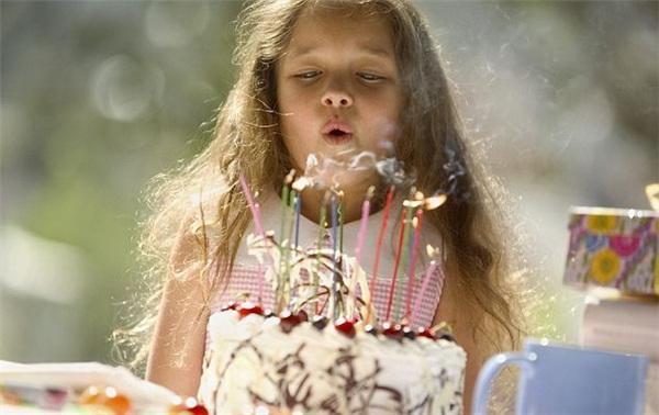 Thổi bánh sinh nhật tăng sự lan truyền vi khuẩn lên tới 1400%