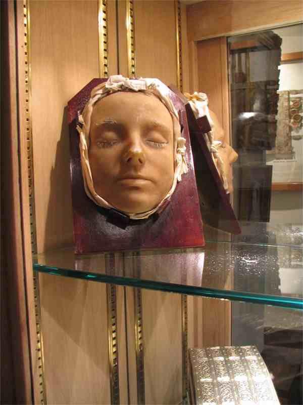 Bức tượng tái hiện phần đầu Nữ hoàng Mary xứ Scotland lúc qua đời với lông mày, lông mi bạc trắng.