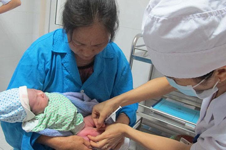 Trẻ được tiêm vắc xin viêm gan B mũi sơ sinh.