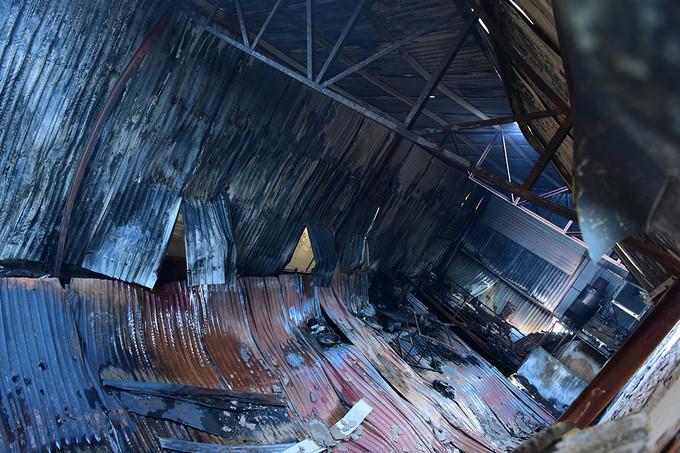 Gác xép và phần mái tôn bị sập xuống khi xảy cháy khiến các nạn nhân trong xưởng kẹo ở Hoài Đức