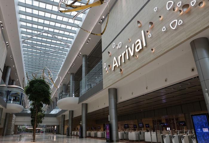 Các hãng hàng không sẽ hoạt động tại T4 bao gồm Air Asia Group, Cathay Pacific, Cebu Pacific, Korean Air, Spring Airlines và Vietnam Airlines.