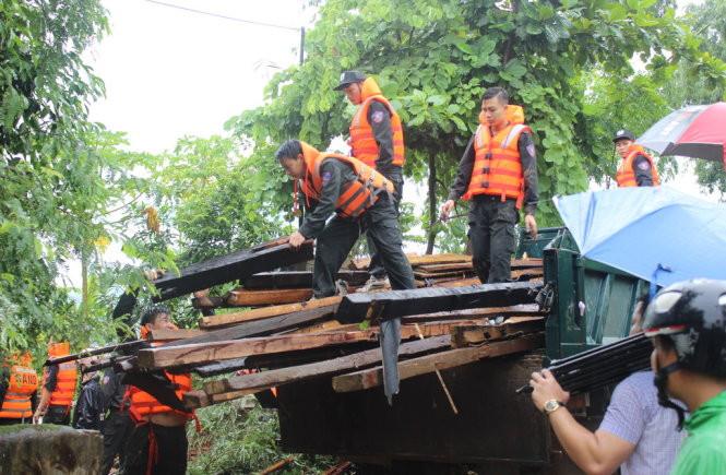 Hỗ trợ dân khắc phục hậu quả tại huyện Mường La (Sơn La)