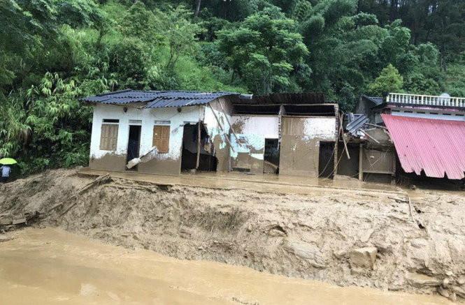 Nhà dân ở Mù Cang Chải bị lũ làm hư hại nặng