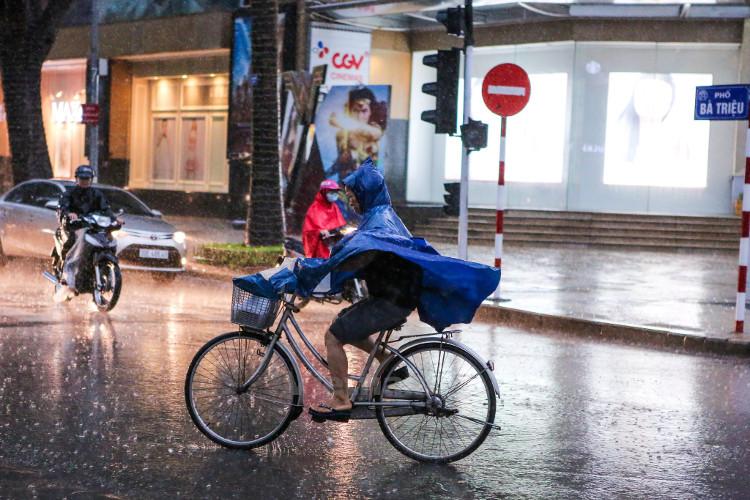 Khu vực Hà Nội nhiều mây, có mưa, đêm 2/8 và chiều tối 3/8 có mưa vừa, có nơi mưa to.