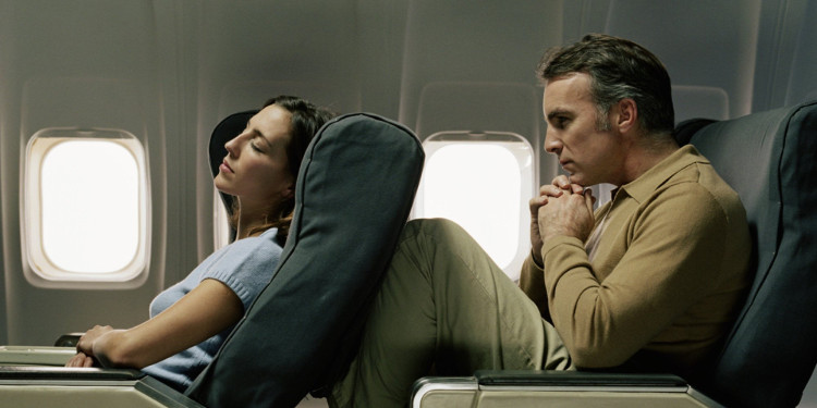 Ngả lưng ghế sẽ gây ảnh hưởng đến người xung quanh, đặc biệt là người ngồi sau.