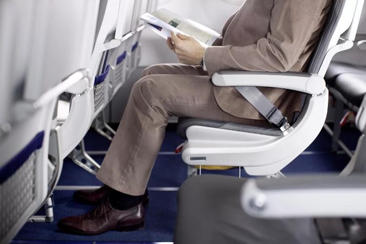 Khi ngồi máy bay, người Nhật thường không ngả ghế của mình xuống.
