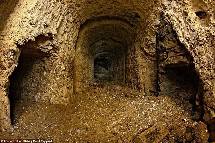Cả một hệ thống đường hầm nằm dưới siêu thị đã gây ra sụt lún.