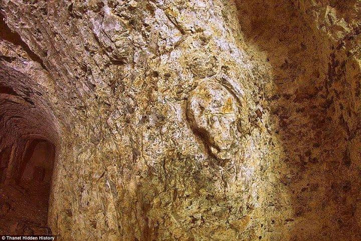 Những vết tích kì lạ trên tường hầm.