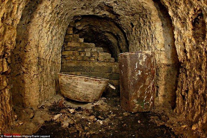 Các vật dụng được tìm thấy bên trong hầm.
