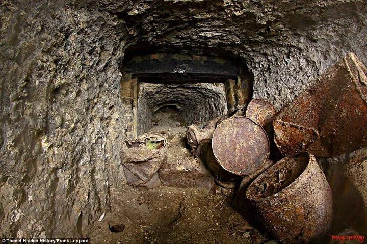 Những thùng chứa rỉ sét được tìm thấy trong đường hầm.