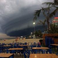 """Video: Mây giông hình """"quái vật"""" xuất hiện ở biển Sầm Sơn"""