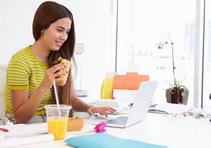 Vừa ăn vừa xem máy tính