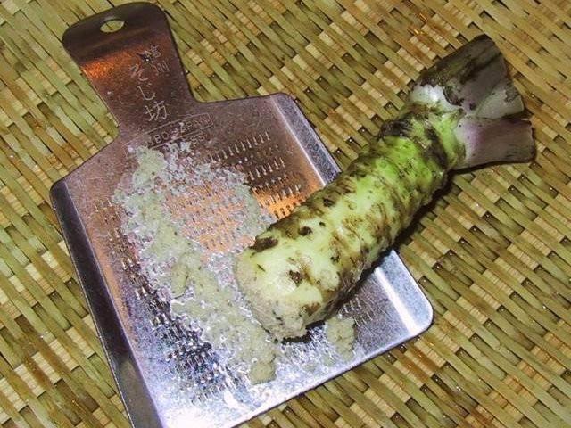 Wasabi tươi được mài ra.