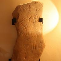 Bia đá phủ đầy ký tự cổ thách thức các nhà khoa học