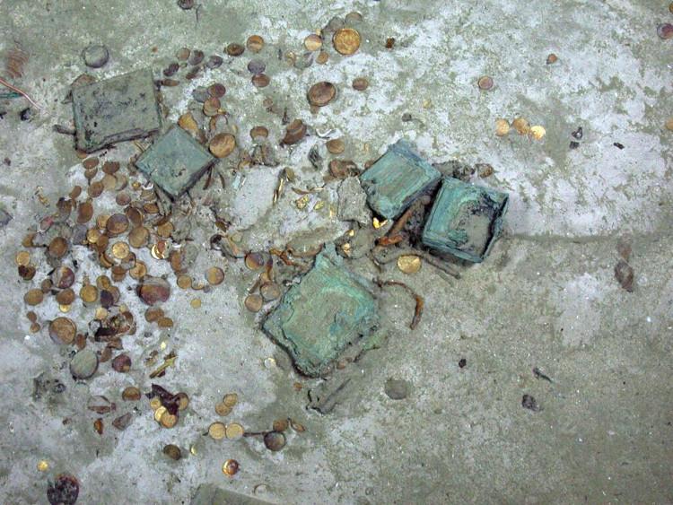 CAG sau đó trục vớt ba tấn vàng thỏi và đồng xu từ xác tàu.
