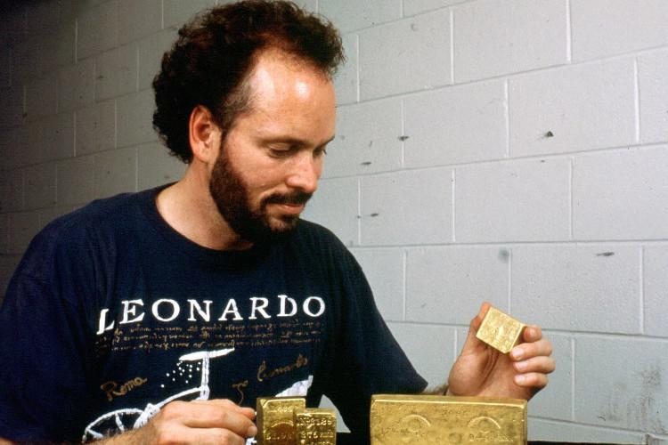 Thompson chụp ảnh cùng số vàng ông lấy được từ tàu SS Central America.
