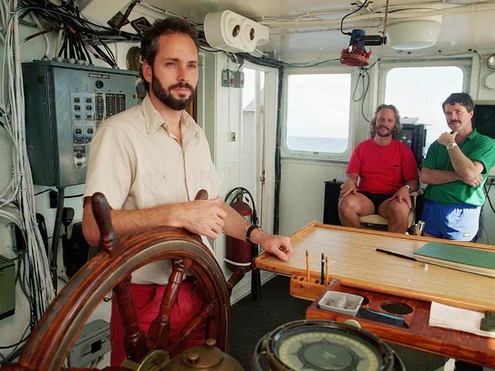 Tommy Thompson trên tàu đi tìm kho báu của SS Central Ameria.