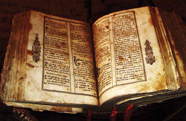 """Người thủ thư giàu kinh nghiệm có thể """"ngửi"""" và nhận ra những cuốn sách nào đang bị hư hại nghiêm trọng."""