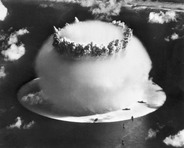 Vụ thử bom hạt nhân của Mỹ tại Bikini Atoll, vòng san hô tại châu Đại Dương năm 1946.