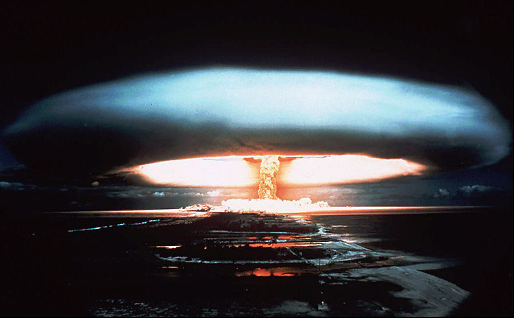 Vụ thử bom hạt nhân của Pháp tại Bikini Atoll, châu Đại Dương năm 1957.