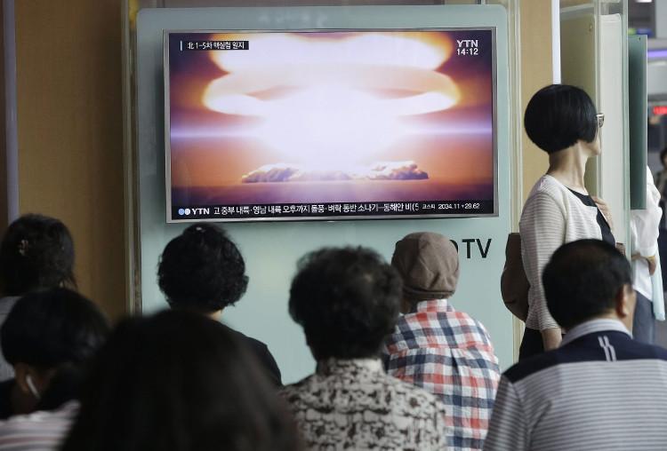 Người dân Seoul theo dõi tin tức về vụ thử hạt nhân của Bình Nhưỡng ngày 9/9/2016.