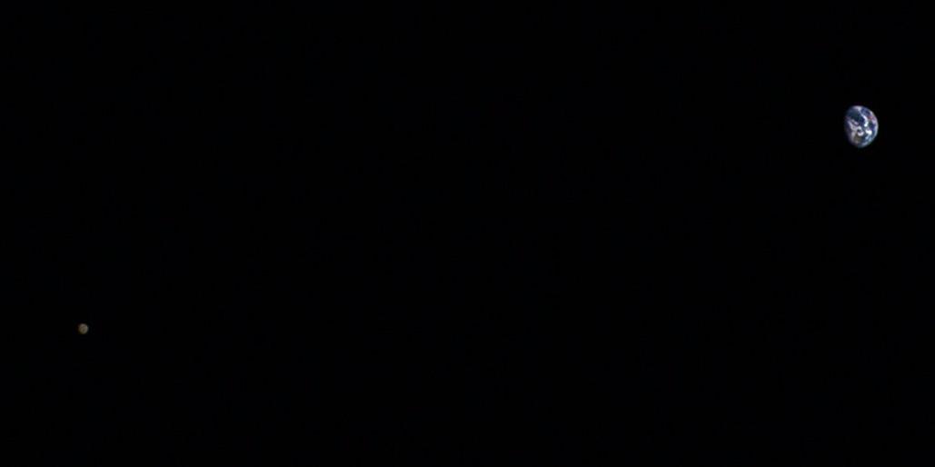 Bức ảnh chụp khoảng cách giữa mặt trăng và Trái Đất.