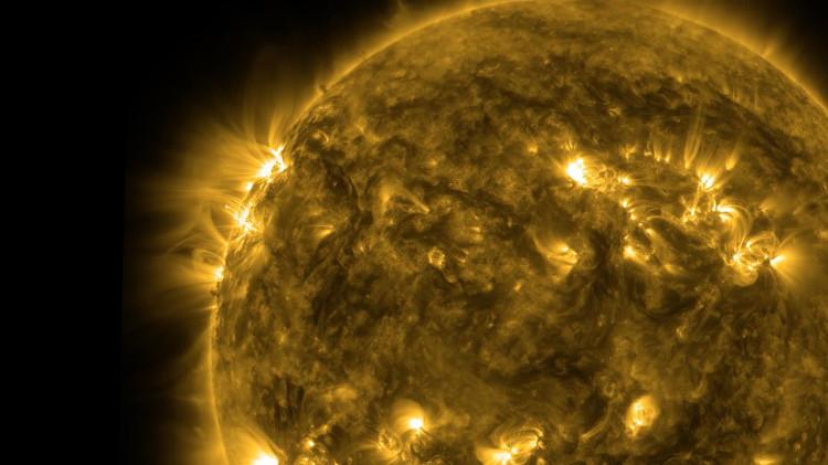 Bầu khí quyển của Trái Đất là lý do khiến chúng ta nghĩ rằng Mặt trời có màu vàng.