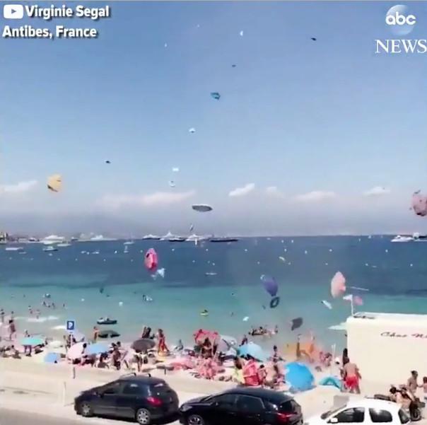 Lốc cát khiến nhiều đồ vật bị cuốn cao quá tầm bay của chim biển.