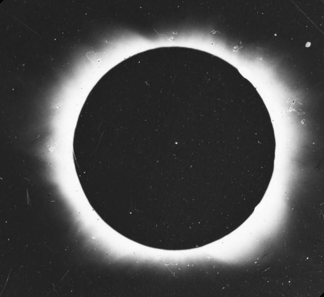 Bức ảnh chụp nhật thực tại Shelbyville, Kentucky, Mỹ vào năm 1869 (Đài quan sát Hàng hải Mỹ)
