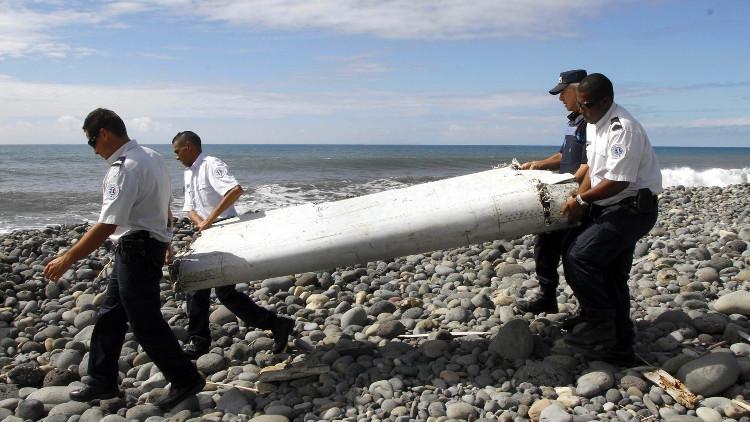 Mảnh vỡ được cho là của MH370 dạt vào đảo La Reunion, Ấn Độ Dương.