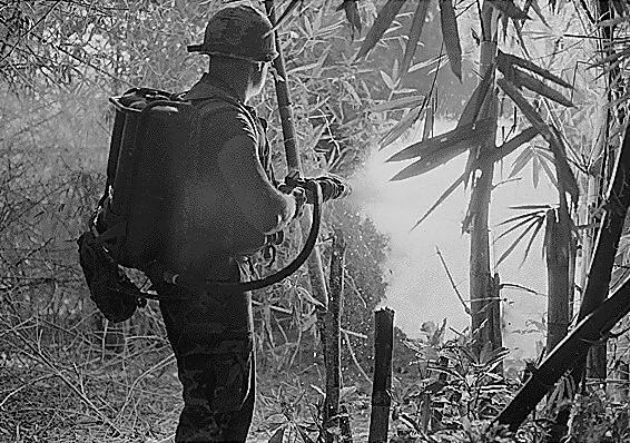 Lính Mỹ dùng súng phun lửa trong chiến tranh.