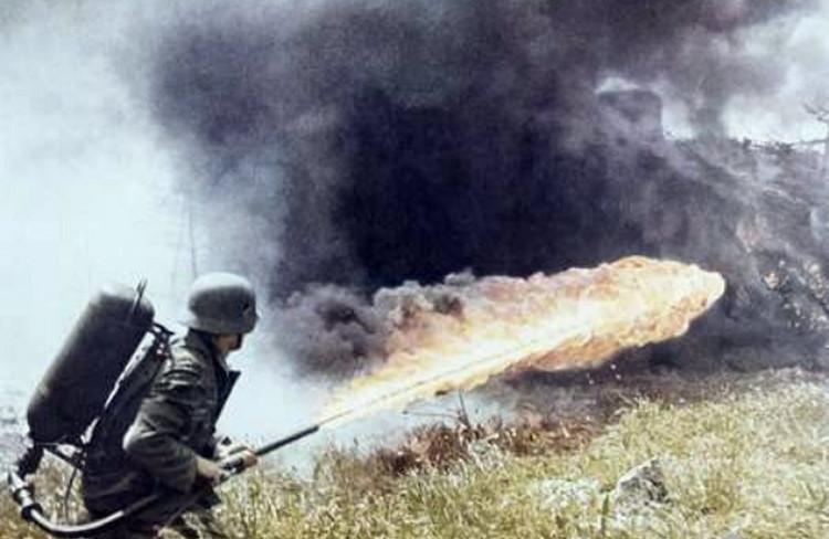 Súng phun lửa được xem là vũ khí cầm tay nguy hiểm nhất thế giới.