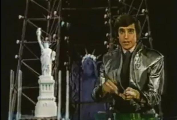 Khi tấm màn buông xuống, nhà ảo thuật sẽ bắt đầu đứng nói chuyện trước đám đông
