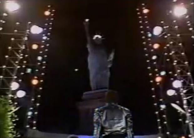 Vài phút sau, bức tượng về nguyên vị trí ban đầu như chưa hề có chuyện gì xảy ra.