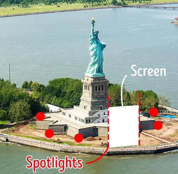 David cho dựng lên hai cột tháp ở hai bên sân khấu, đủ để che tượng Nữ thần Tự do.