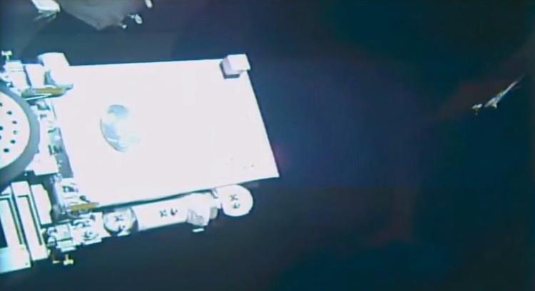 """Một """"vật thể lạ"""" xuất hiện ở góc phải màn hình gần trạm ISS."""