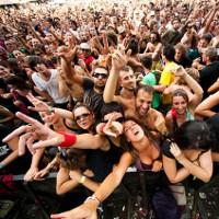 Phải làm gì khi bị ngã trong đám đông hỗn loạn?