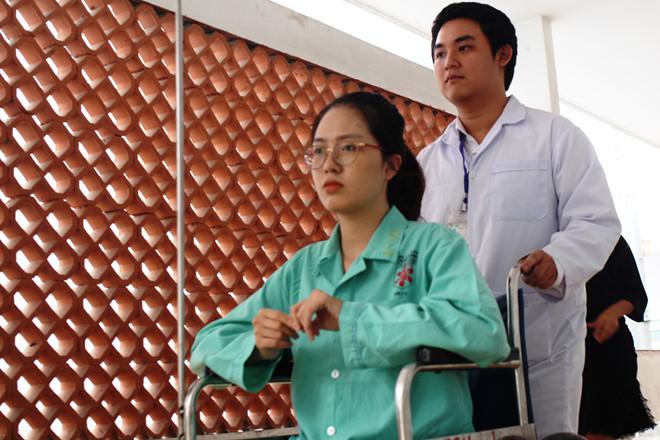 Sau phẫu thuật, bệnh nhận được hỗ trợ vật lý trị liệu để sớm trở lại giảng đường.