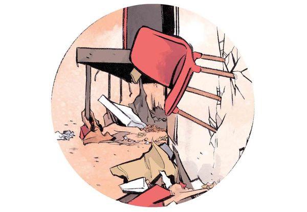 Gió mạnh thổi chiếc ghế găm sâu vào tường.