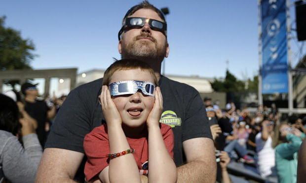Dan Blanchettevà con trai đang ngắm nhìn nhật thực toàn phần đi đến hồi cuối tại Salem, Oregon