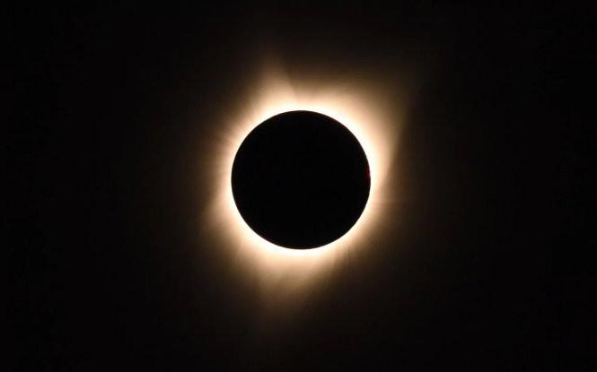 Vầng hào quang tuyệt đẹp được nhìn thấy khi mặt trăng che khuất mặt trời