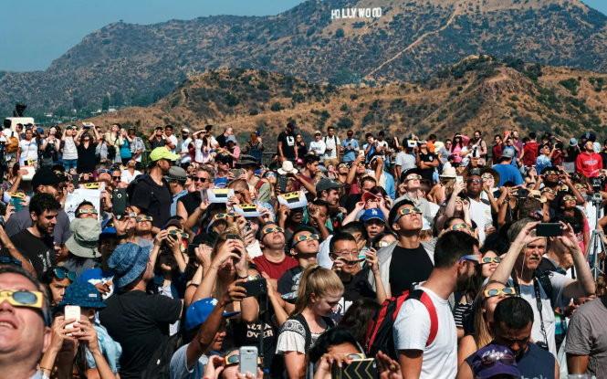 Đám đông tập trung trước biểu tượng Hollywood đón nhật thực