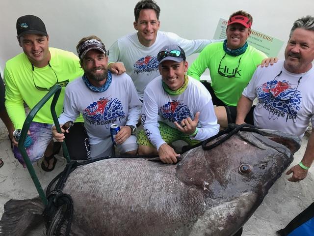 Đội đánh bắt chụp ảnh cùng con cá khổng lồ.