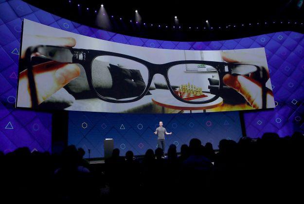 Người xem có thể trải nghiệm các vật thể ảo được tạo từ máy tính thông qua thiết bị đeo.