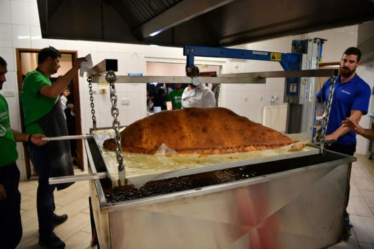 Chiếc bánh gối lớn nhất thế giới được làm tại London, nặng tới 153,1kg